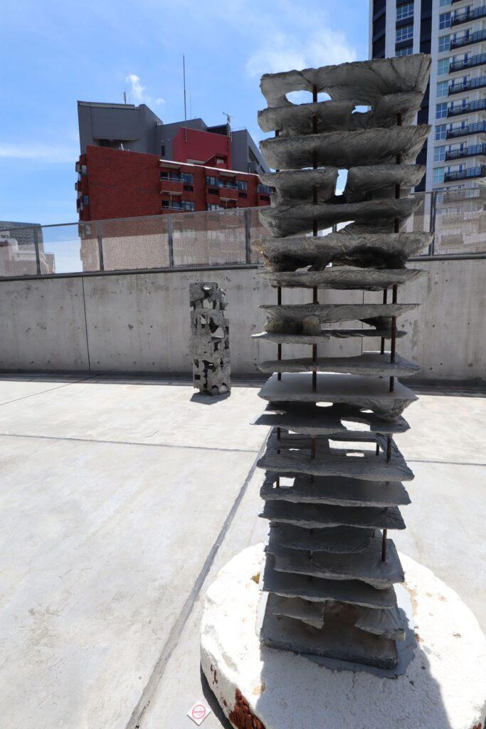 アンサンブル・スタジオ展の積層する塔