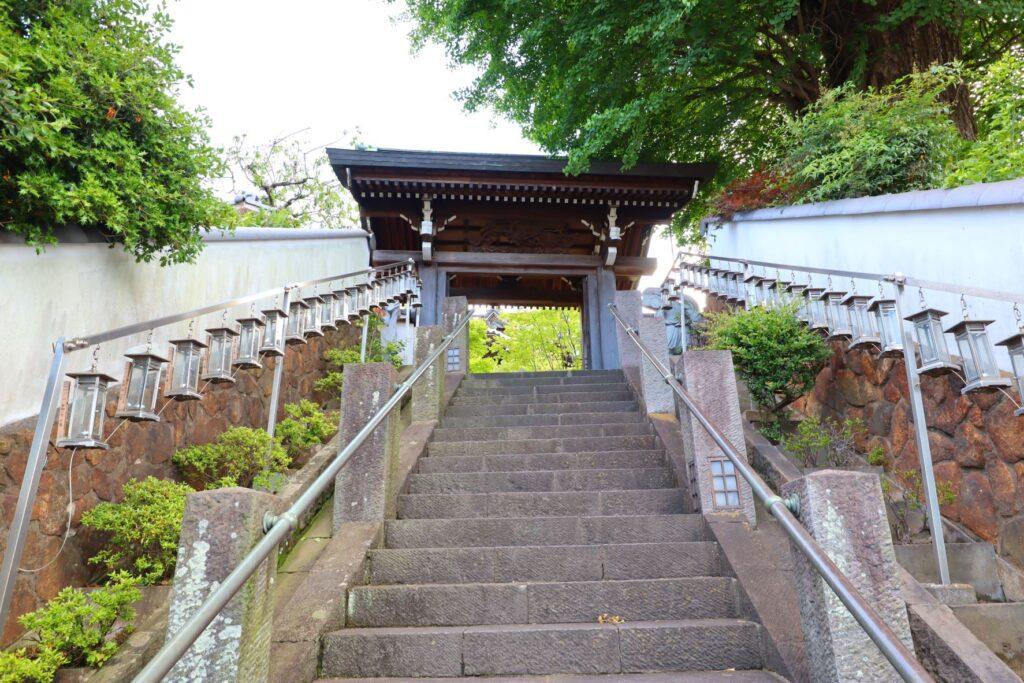 光栄山法性寺本堂への階段