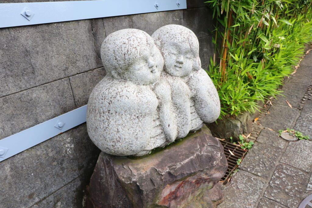 光栄山法性寺の境内にある恋人の石造