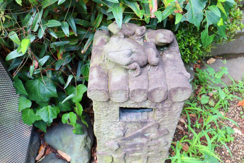 光栄山法性寺の境内にある蛙の石造