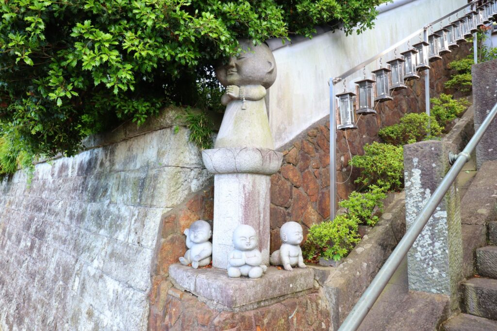 光栄山法性寺の境内にある僧侶の石造