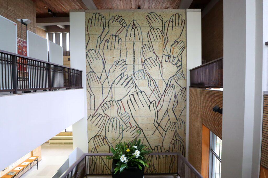 乗泉寺本堂への階段とモザイク壁画「合掌」