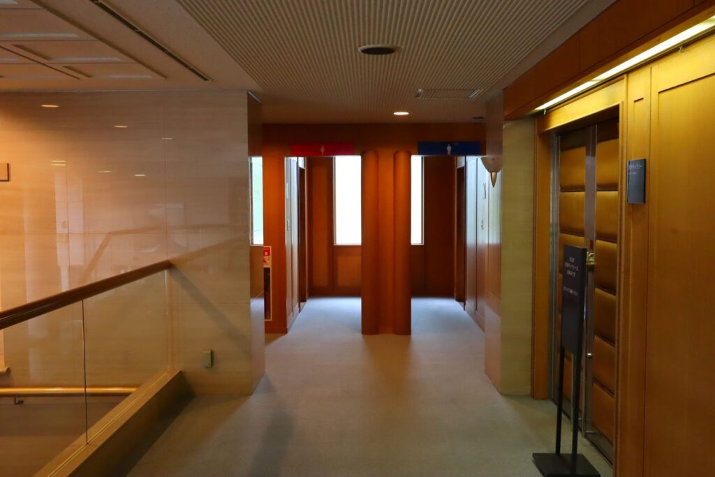 かながわアートホールの2階廊下