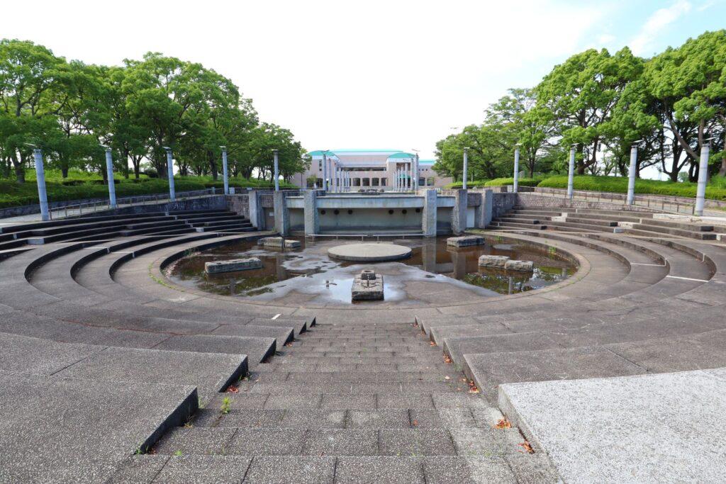 かながわアートホールの手前の噴水広場