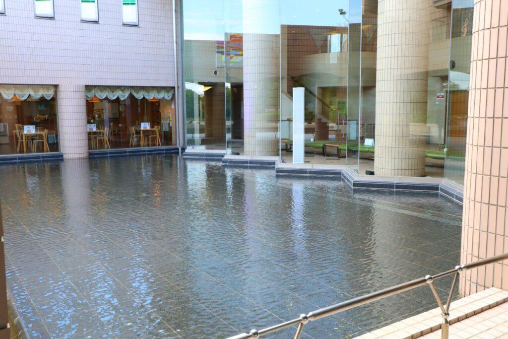 かながわアートホール手前の池