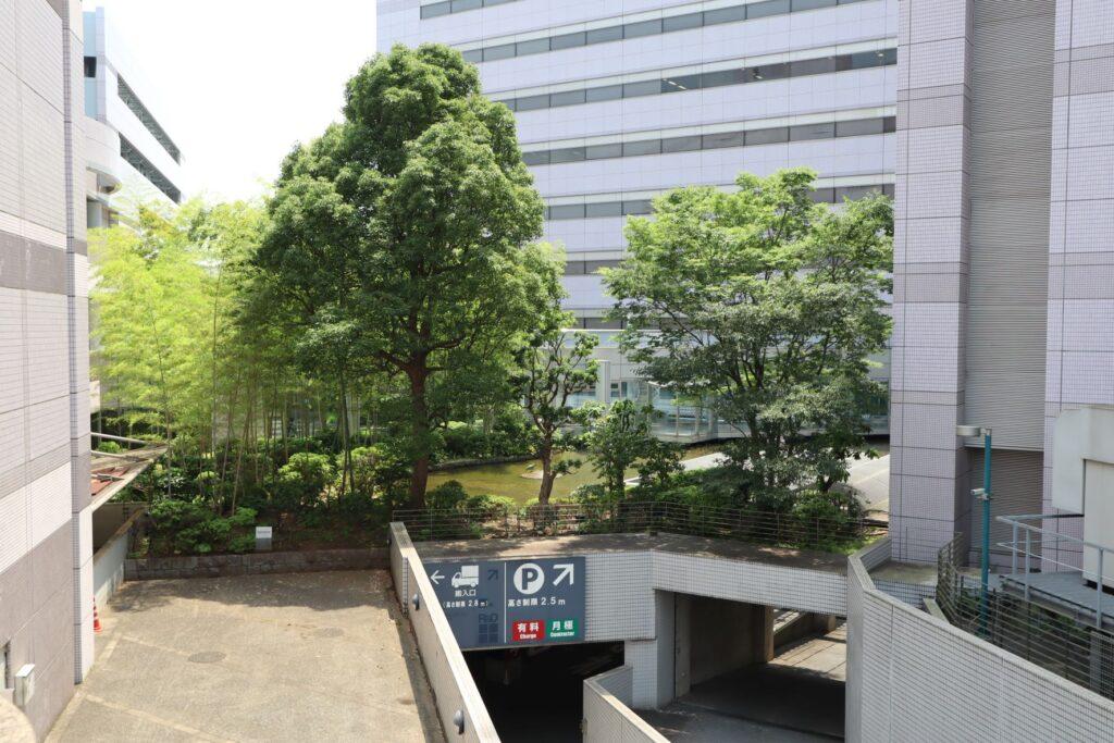 かながわサイエンスパークのイノベーションセンタービルからR&Dビジネスパークビルへの渡り廊下