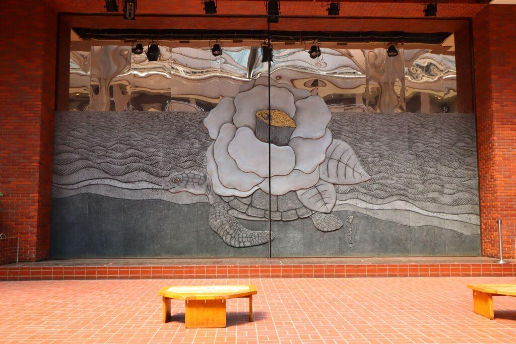 川崎市民プラザ内部の広場のステージ
