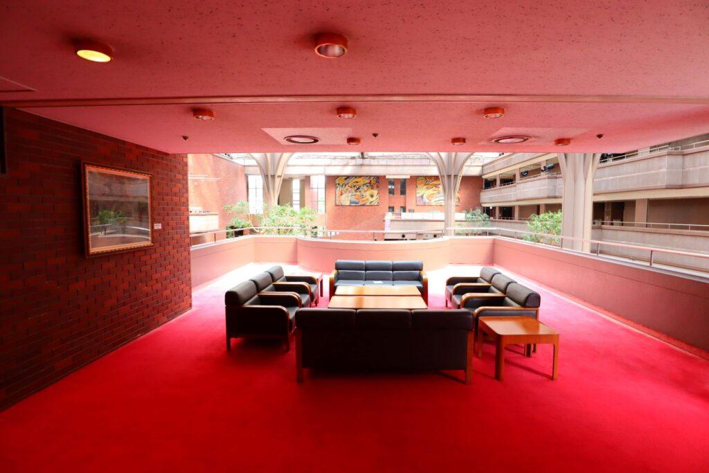 川崎市民プラザ内部の2階回廊