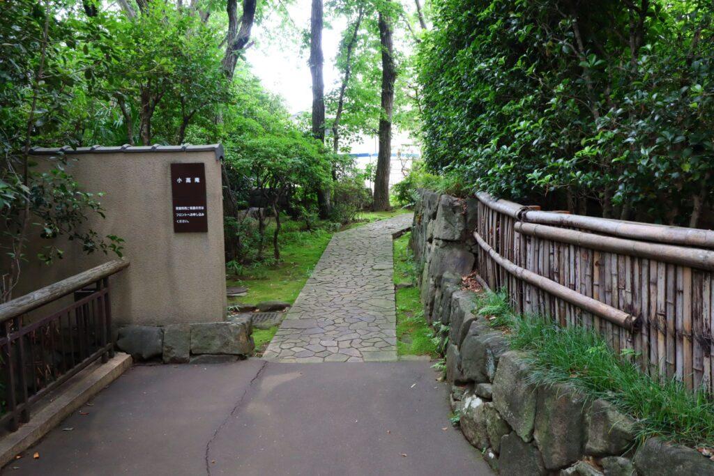 川崎市民プラザの日本庭園の茶室入口