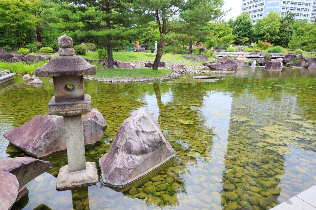 帰真園の池にある灯籠