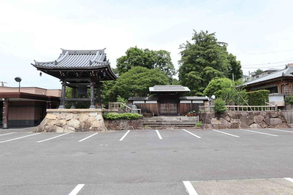 妙蓮寺の鐘楼と旧中門