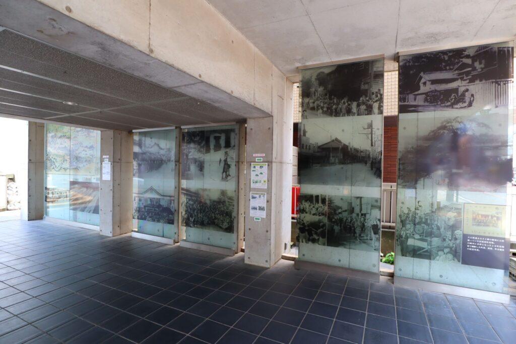 川崎市大山街道ふるさと館のガラス壁展示