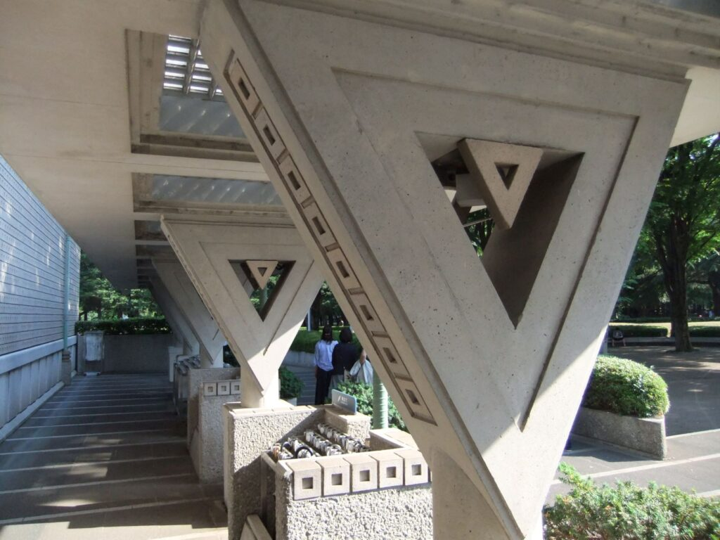 世田谷美術館の入口近くのパーゴラ