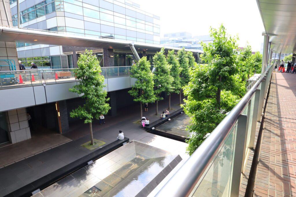 世田谷ビジネススクエアのタワーと各ヒルズを繋げるデッキ