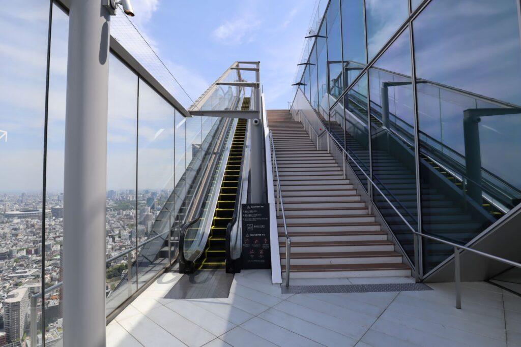 渋谷スクランブルスクエアのSHIBUYA SKYの屋上へのエスカレーター