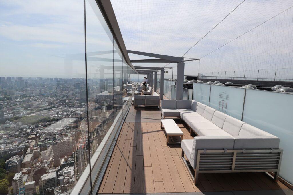 渋谷スクランブルスクエアのSHIBUYA SKYの屋上にあるソファーとテーブル