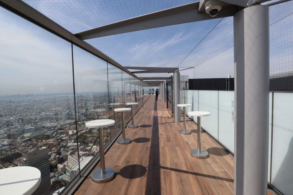 渋谷スクランブルスクエアのSHIBUYA SKYの屋上にあるテーブル