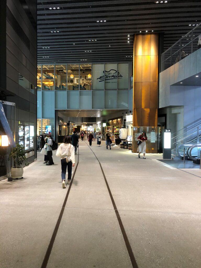 渋谷ストリームの商業施設と路線を模した床