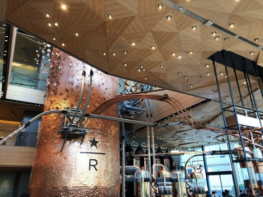 スターバックスリザーブロースタリー東京の店内にある巨大な銅製のキャスク