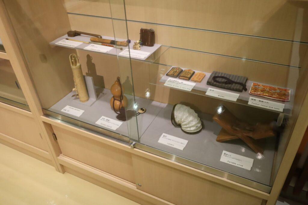 東海道かわさき宿交流館の2F展示室の旅道具