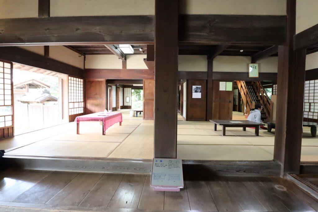 旧橫溝家住宅の1階土間から広間を見た様子