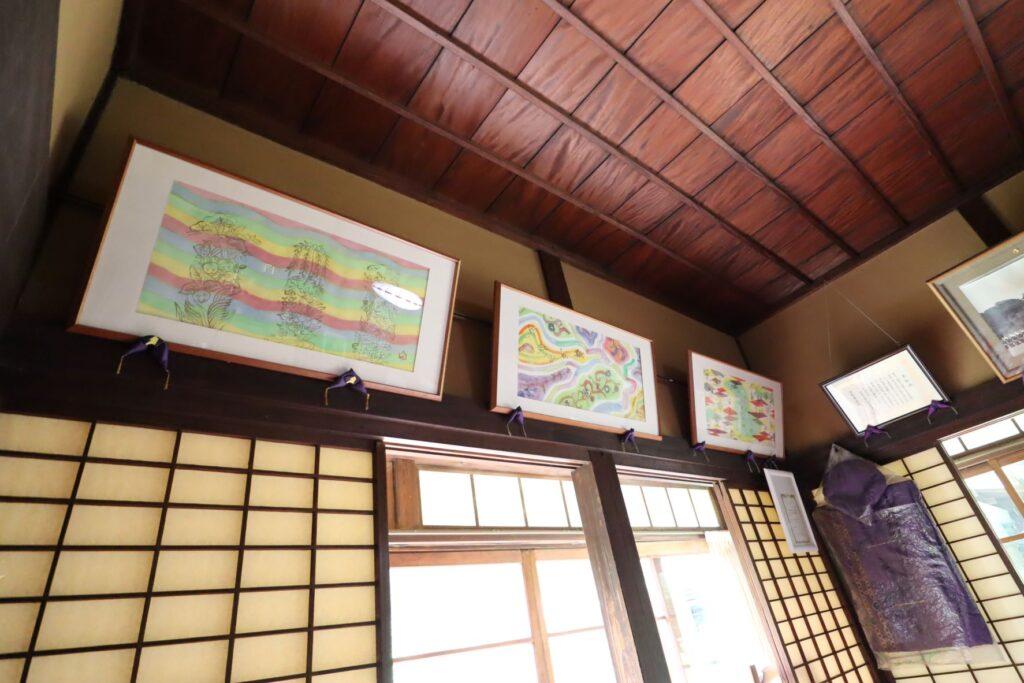 田邊泰孝記念館の座敷にある絵画