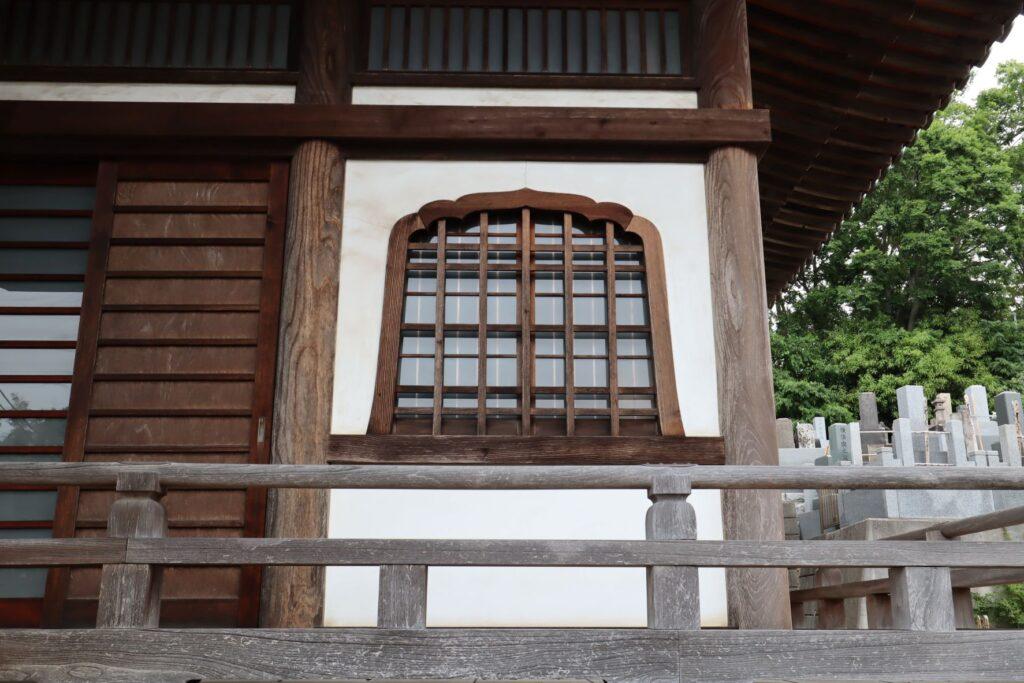 本覚寺外観の花頭窓