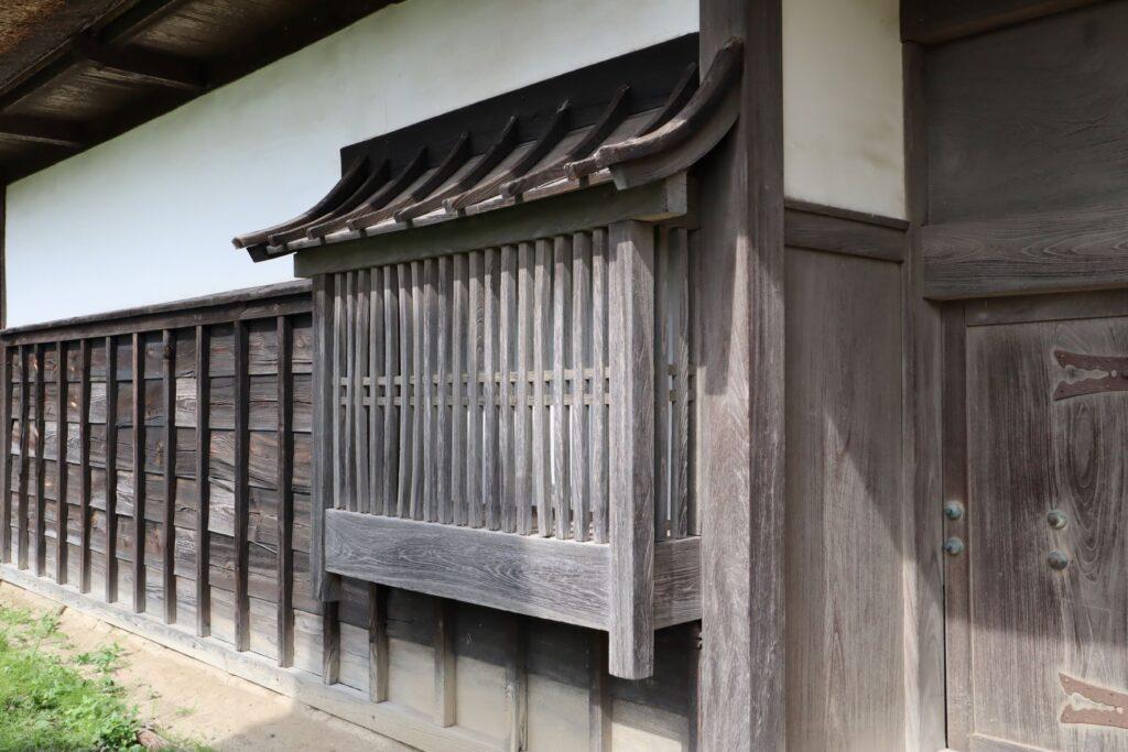飯田家住宅の長屋門の出格子窓