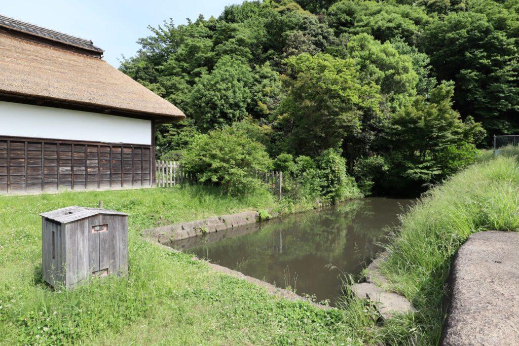 飯田家住宅の長屋門前の池