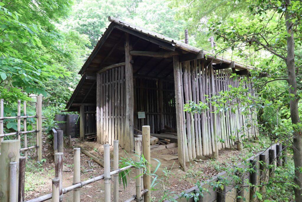 日本民家園の棟持柱の木小屋外観