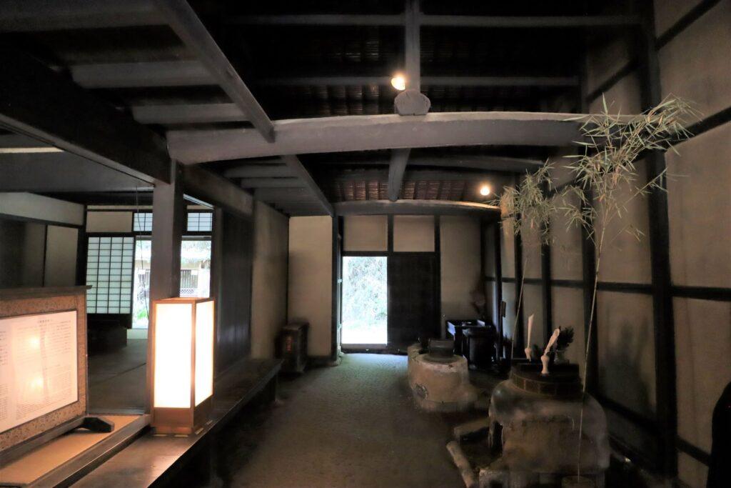 日本民家園の宿場の井岡家住宅土間