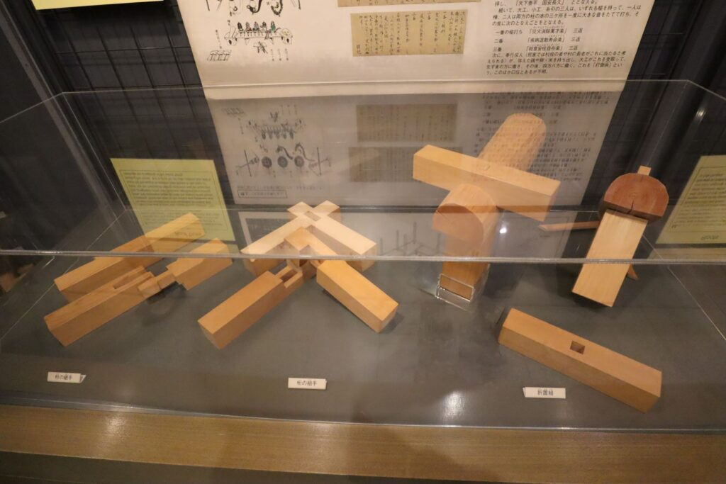 日本民家園の本館展示室の継手・仕口模型