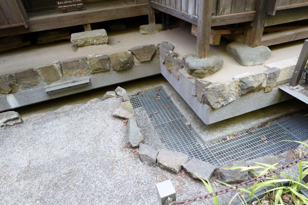 日本民家園の宿場の三澤家住宅の免震対応