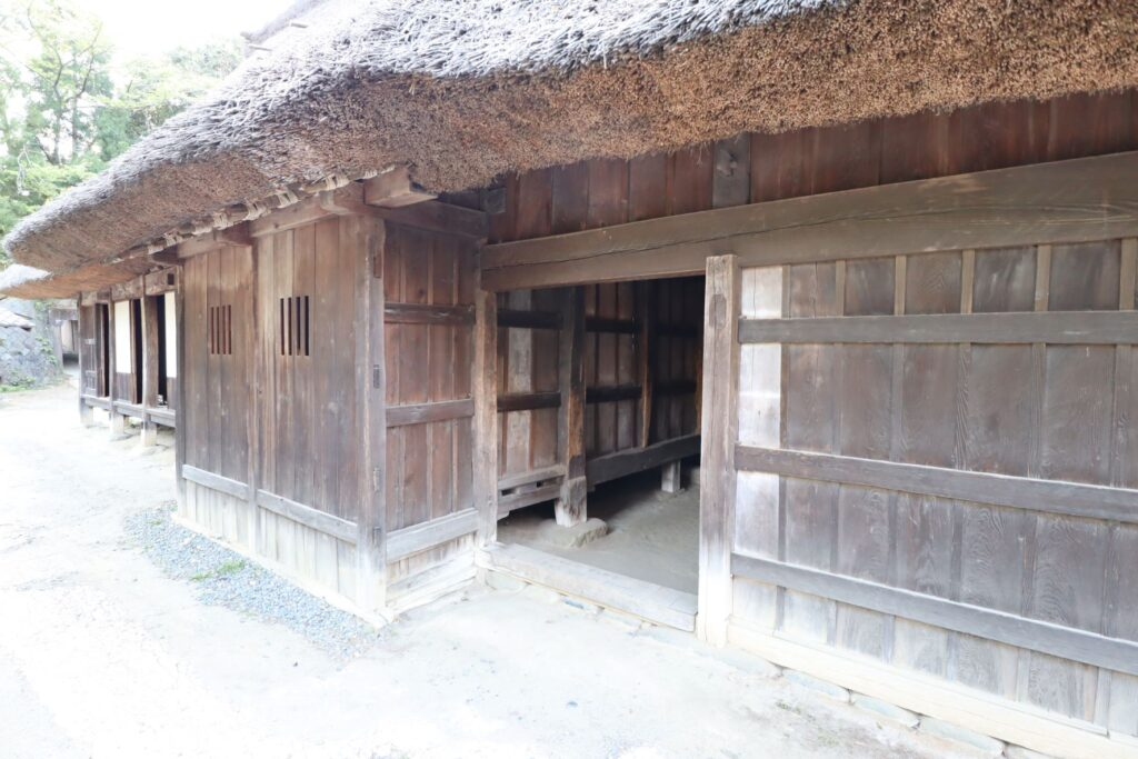 日本民家園の信越の村の野原家住宅入口