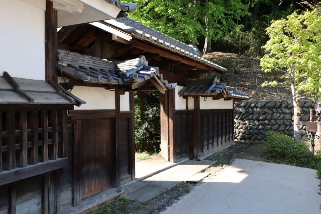 日本民家園の宿場の佐地家門・供待外観