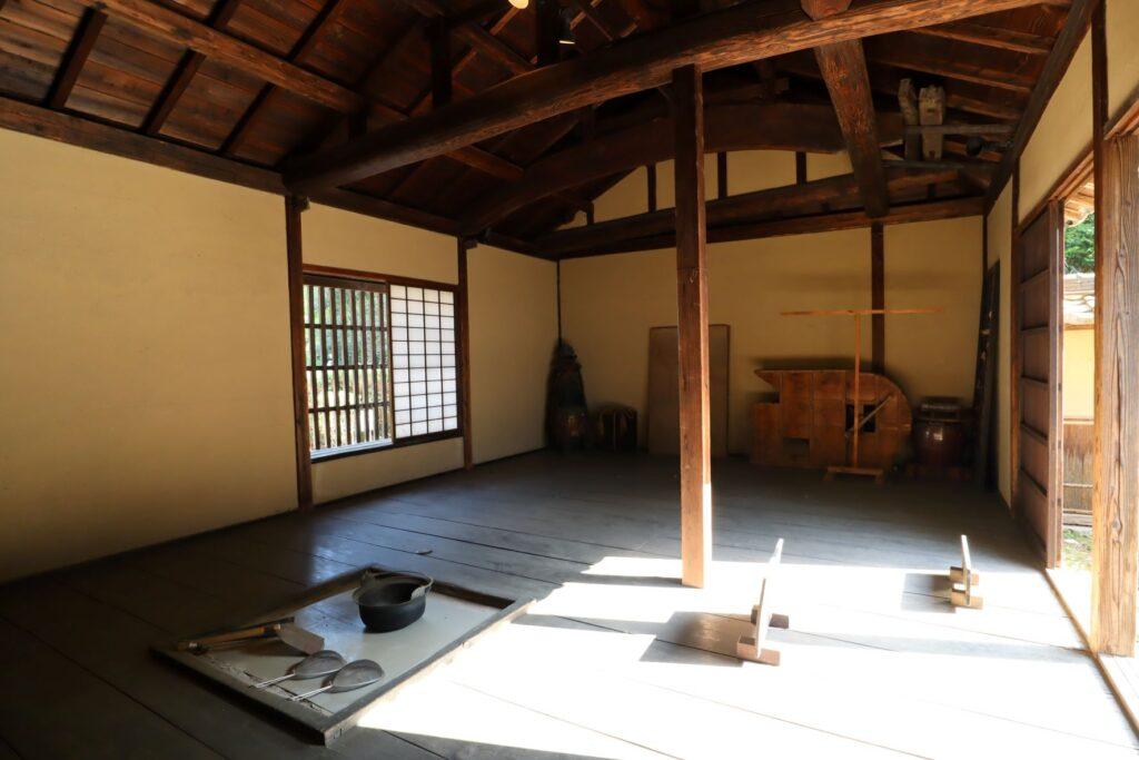 日本民家園の宿場の佐地家門・供待内観