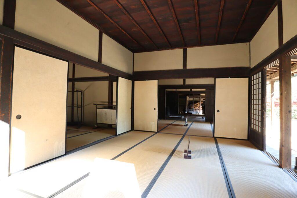 日本民家園の信越の村の佐々木家住宅前座敷
