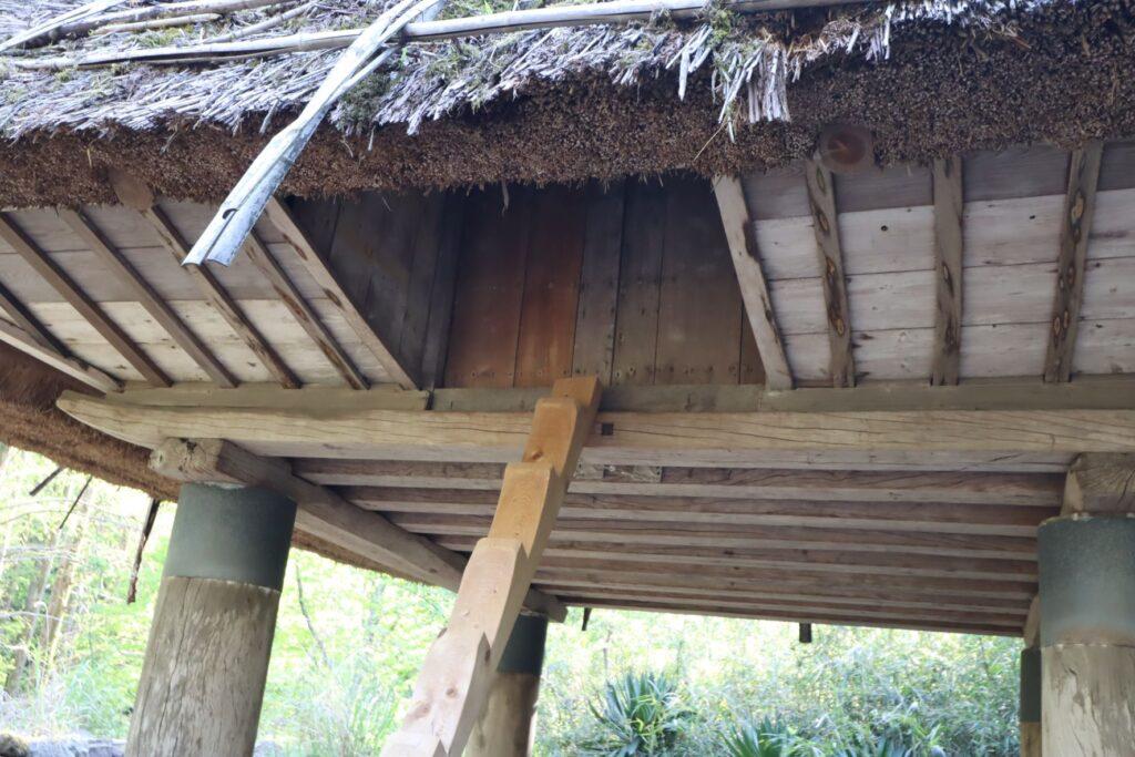 日本民家園の沖永良部の高倉入口