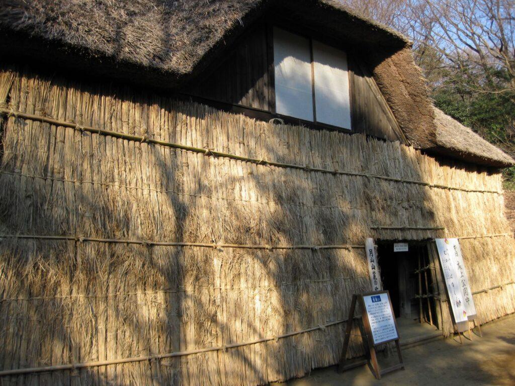日本民家園の東北の村の菅原家住宅雪囲い