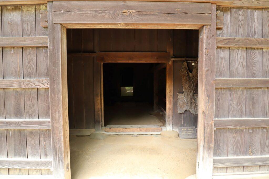 日本民家園の東北の村の菅原家住宅入口