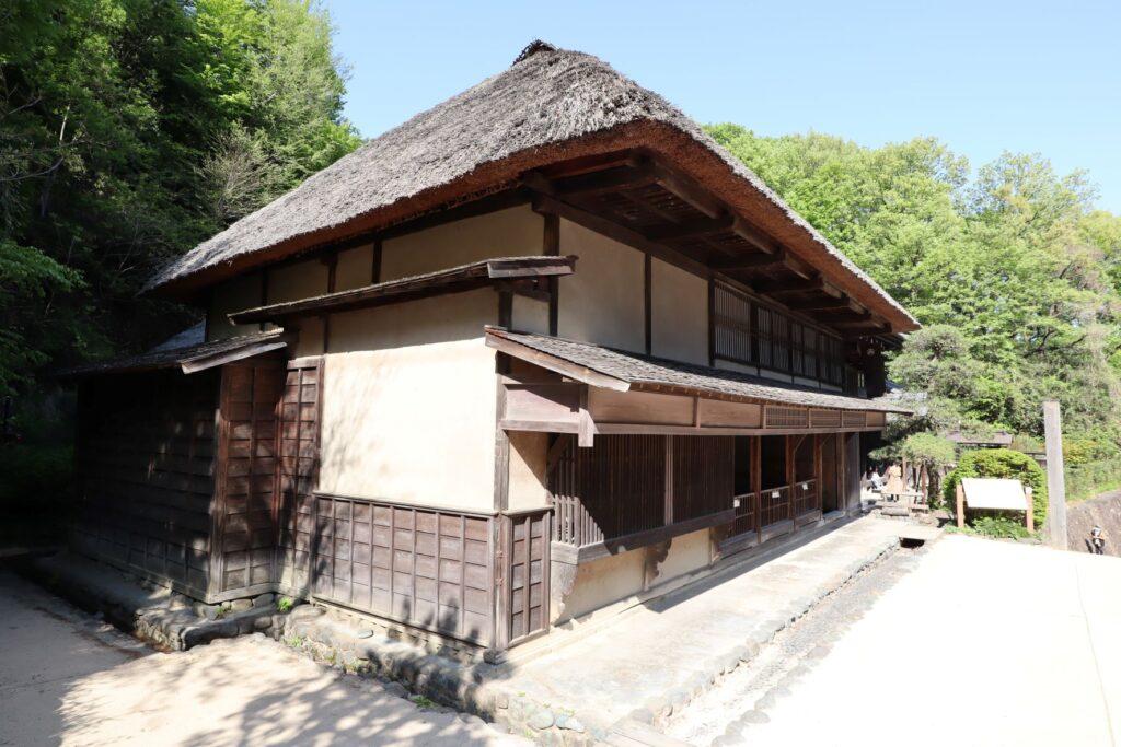 日本民家園の宿場の鈴木家住宅外観