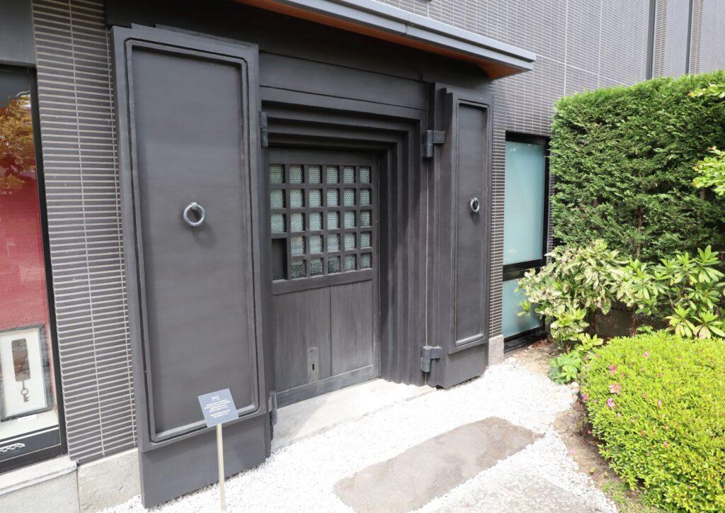 陣屋門プラザの蔵の扉