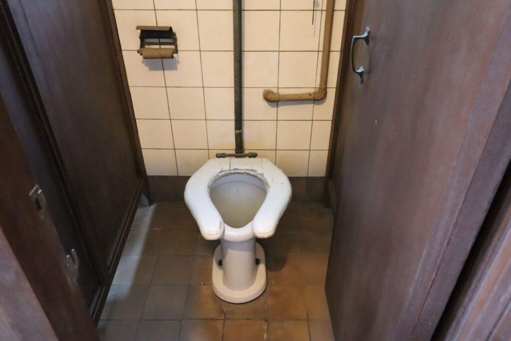 自由学園明日館講堂のトイレ