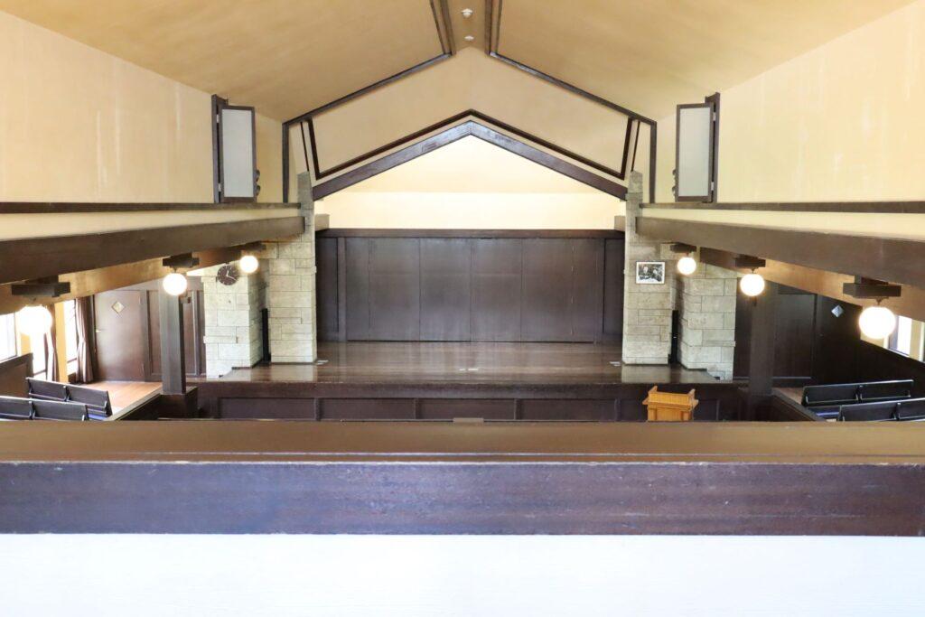 自由学園明日館講堂2階から見たステージ