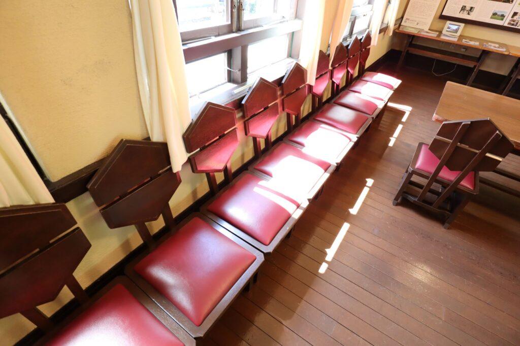 自由学園明日館の教室の椅子