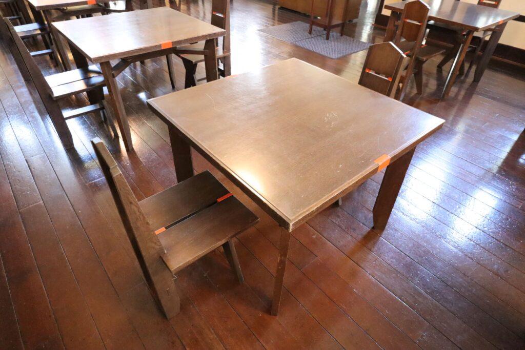 自由学園明日館の食堂の椅子とテーブル