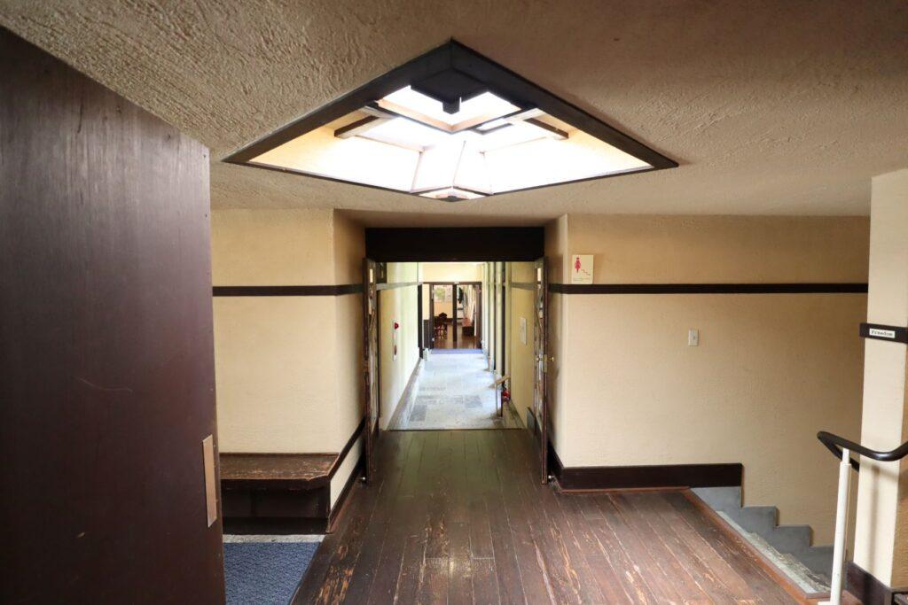自由学園明日館の廊下の天窓