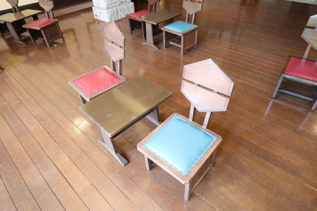 自由学園明日館のホールの椅子