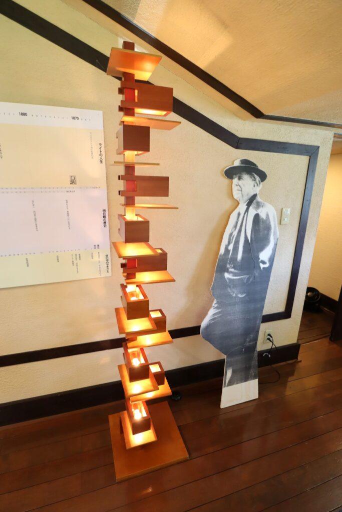 自由学園明日館のフランク・ロイド・ライトミュージアムにある原寸大パネルとライト氏デザインの照明