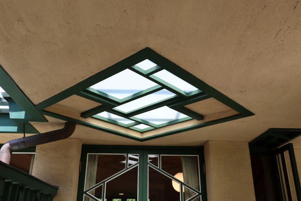 自由学園明日館の外部通路天窓